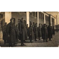 Sõdurid seisavad kasarmu...
