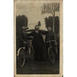 Noormehed jalgratastega,...